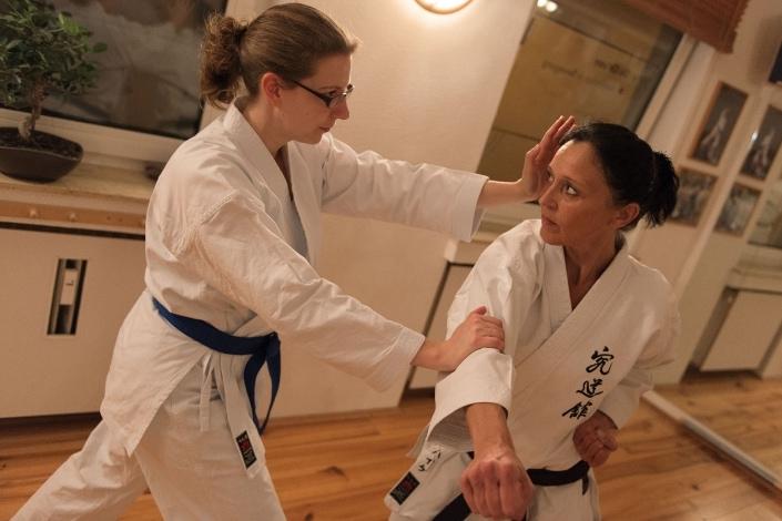 Frauenselbstverteidigung, Selbstbehauptung, Kumite